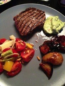 Bøf, salat, avokadomos, bagte rodfrugter_lotte arndal