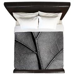 Detail leaf in artistic black and white King Duvet