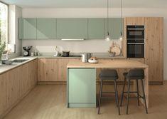 Les décors ROBLE AMAZONA et VERDE ARCILLA de la Gama Duo 2020-22 de Finsa s'associent dans cette cuisine contemporaine.