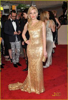 Elizabeth Banks in Tommy Hilfiger at the MET Ball. Old Hollywood glamor at its best.