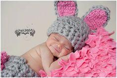 Este listado es para la semana Santa Bunny sombrero solo!  Este conejito se encuentra también disponible, por favor vea otros artículos para la venta.  Fotografiado por Jessica Mitchell fotografía  http://www.facebook.com/pages/Jessica-Mitchell-Photography/320870627191?__user=1442942868   Este sombrero se muestra en gris/color de rosa, por favor, asegúrese de elegir los colores que usted prefiere.