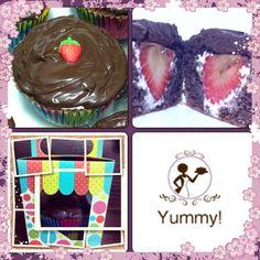 Cupcake de chocolate recheado com morango e marshmallow, coberto por ganache!
