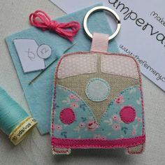 No hay texto alternativo automático disponible. Small Sewing Projects, Sewing Hacks, Sewing Crafts, Felt Keyring, Keychains, Craft Stalls, Creation Couture, Fabric Gifts, Love Sewing