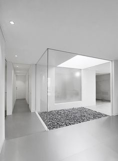 The House In Ise by Takashi Yamaguchi & Associates located in Honshu, Japan overlooking the beautiful Miyagawa River flowing from north to south through the… Architecture Du Japon, Interior Architecture, Architecture Courtyard, Minimalist Interior, Minimalist Home, Pandomo Floor, Home Interior Design, Interior And Exterior, Internal Courtyard
