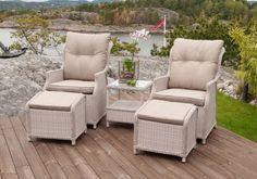 Pent, behagelig og luksuriøst Imperia hagesett bestående av 2 stoler med reclinerfunksjon, 2 puffer og sidebord med glassplate. Hagegruppen innbyr til avslapning i godt selskap og fremstår som meget behagelig for øynene med sin lyse og delikate farge. De tykke sete- og ryggputene og muligheten til å legge ryggen bakover på stolene gir optimal komfort!Mål stoler:Bredde 65 cmDybde 86 cmHøyde 99 cmMål puff:Bredde 52 cmDybde 43 cmHøyde 47 cmMål sidebord:...
