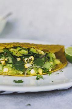 Esta receta está inspirada en los crepes vietnamitas  Bánh Xèo con abundante cúrcuma para lograr ese amarillo característico. En esta versión, el uso de la masa madre tiene el objetivo de reutilizar los descartes que quedan luego de alimentar el cultivo. Estos crepes son frescos, livianos y muy nutritivos. El contraste de sabores y texturas es increíble.  #recetasveganas #vegano #masamadre #recetassaludables #crepes Banh Xeo, Fresco, Goal, Vegan Recipes, Healthy Recipes, Salads, Sweets, Lunches, Dinners