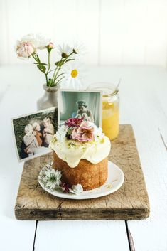 What a beautiful way to surprise your mum. Team an adorable mini lemon & lime cake with a some treasured family photos, and a little vase of flowers.