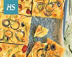 30 cm x 40 cm:n pellillinen 4 dl vettä ½ pkt tuorehiivaa tai vastaava määrä kuivahiivaa 2 tl sokeria 1 tl suolaa ½ dl oliiviöljyä 5 dl vehnäjauhoja 3 dl durumvehnäjauhoja Appelsiini-punasipuli: oliiviöljyä 1 pieni luomuappelsiini 1 pieni punasipuli tuoretta rosmariinia ¾ rkl hiutalesuolaa Tomaatti-vuohenjuusto: oliiviöljyä 1 pieni rasia miniluumu- tai kirsikkatomaatteja ½ pötköä vuohenjuustoa tuoretta rosmariinia ¾ rkl hiutalesuolaa Koristelu: tuoretta rosmariinia Lämmitä vesi…