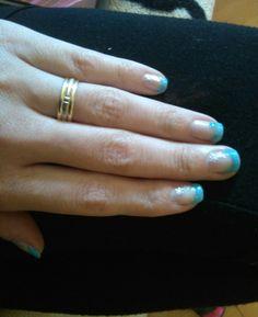 Nyaralós köröm ☺ oceán kék, kis csillogással, csillagos matriccával, gyűrűs ujjban kővel ☺