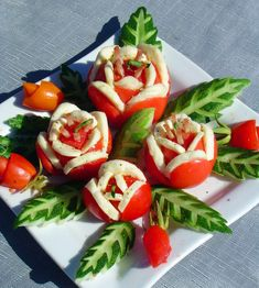 DIY Yummy Tomato and Cheese Flowers Salad: tomato, cheese, cucumber and ham Cute Food, Good Food, Tomato Dishes, Tomato And Cheese, Tomato Mozzarella, Food Garnishes, Garnishing, Veggie Tray, Finger Food Appetizers
