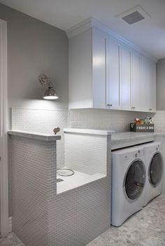 El cuarto de lavar: la ducha así para los perros, lavadora&secadora grandes y closets de ikea. En la pared en frente espacio para plancar