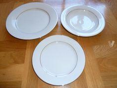 Vajilla blanca de porcelana fina con borde dorado Plates, Tableware, Kitchen, White Dinnerware, White Dishes, Bone China, Hipster Stuff, Licence Plates, Dishes
