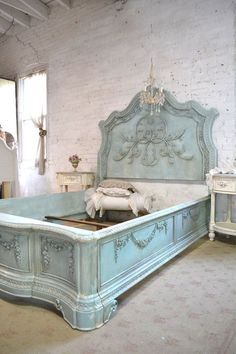 French Bed Painted Cottage Shabby Chic Queen Bed - Click Image to Close Shabby Chic Queen Bed, Shabby Chic Bed Frame, Cottage Shabby Chic, Style Cottage, Shabby Chic Mode, Shabby Chic Bedrooms, Shabby Chic Kitchen, Shabby Chic Style, Shabby Chic Furniture