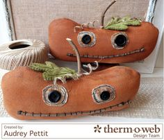 How cute are these primitive pumpkins made with Crossroads Denim by Amy Barickman? See the tutorial here! Primitive Pumpkin, Primitive Crafts, Primitive Christmas, Vintage Halloween Decorations, Halloween Ornaments, Felt Ornaments, Halloween Doll, Fall Halloween, Halloween Crafts