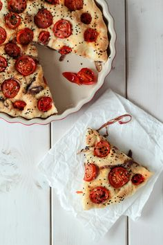 Focacchia with caramelized onions, tomatoes and onion seeds