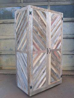 Armadio porta attrezzi in legno riciclato. Una bella idea da mettere in garages dove l'umidità non sia un problema