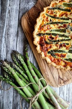 This is a great and delicious recipe for an asparagus quiche with an italian twist. Made with crispy prosciutto, parmigiano cheese and mozzarella. www.twosisterslivinglife.com #healthydinner #quickandeasydinner #quiche #vegetablequiche #asparagusquiche #asparagustarte #italianquiche #asparagusrecipes #spargel Asparagus Quiche, Vegetable Quiche, Asparagus And Mushrooms, Fresh Asparagus, A Food, Food And Drink, Spring Recipes, Prosciutto, Fruits And Veggies