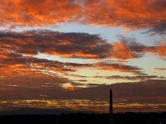 Le soleil illumine de chaudes couleurs les nuages et les monuments de Washington lors d'un début de soirée automnale.  (Alex Brandon/AP/SIPA)
