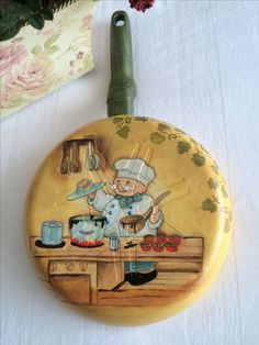 Pan with decoupage Cool Paper Crafts, Diy And Crafts, Arts And Crafts, Kitchen Ornaments, Funky Painted Furniture, Spoon Art, Glass Bottle Crafts, Wood Burning Art, Paint Designs