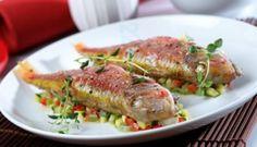 Salmonetes al horno con tomillo y guarnición de verduras