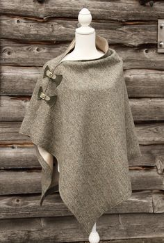love the fasteners on this! Poncho Pattern Sewing, Sewing Patterns, Cape Pattern, Diy Fashion, Fashion Dresses, Diy Clothes, Clothes For Women, Iranian Women Fashion, Harris Tweed