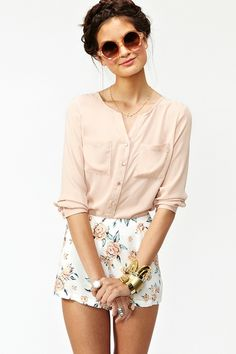 Nude blouse, high waisted floral shorts, statement jewelry and braided crown. Summer trends. The right way to wear this floral trend. #floralfashion