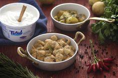 Lo spezzatino allo yogurt è un secondo piatto a base di bocconcini di pollo marinati in una salsa allo yogurt aromatizzata con cipolle e peperoncino.