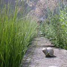 Kleine kunstwerken her en der verstop in de tuin maakt de tuin net dat beetje interessanter en verrassender  #tuin #kunst #beplanting #architect #kunstenaar #beeldhouwen #beelden #ontwerp