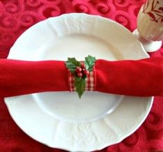 Make elegant napkin rings from wired-edge ribbon and toilet paper rolls! Diy Christmas Napkins, Christmas Napkin Folding, Christmas Napkin Rings, Christmas Diy, Christmas Parties, Christmas Decorations, Country Christmas, Christmas Projects, Christmas Ornaments