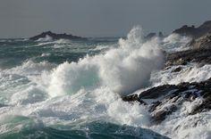 """Cote de la Mer Sauvage. par yannick-le-gal.  L'expression """"Cote Sauvage"""" a été inventée pour des raisons touristiques. Les vieux Bellilois, eux savaient bien qu'une cote n'est pas sauvage, mais que la mer, elle, peut l'être, et c'est cette mer terrible de la """"cote d'en dehors"""" exposée à toutes les tempêtes du secteur SO qu'ils appelaient """"Mer Sauvage"""". Comme beaucoup étaient marins, ils savaient ce que cela signifiait en termes de vie et de mort, et non de spectacle romantico-touristique !"""