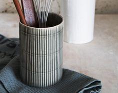 Keramikvase, Blumenvase, Keramik Blumentopf, Keramik Vase, moderne Keramik Vase, Keramik Geschirr, Keramik-Geschenk  Es ist ein schöner Zusatz zu Ihrem Haus und kann auch als Gebrauchsgegenstand Halter in der Küche verwendet werden. Die Vase wird mit Slip Gießtechnik, glasiert in 2 verschiedenen Farben hergestellt.  -Größe: 5,9 H x 3,9 W / 15 cm H x 10 cm W -Farben: oben Sie weiß und unten Sie grau oder oben weiß und unten schwarz -Geschirrspüler-Backofen und Microwelle sicher -Für eine…