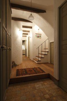 玄関ドアのブルーは一度目にすると忘れられません。室内の柱や梁もリヴァージュならではの色合いが美しいです。 Rivage, Cottage Homes, Simple House, Home Fashion, Stairways, Interior Architecture, Living Room Furniture, Building A House, Entrance