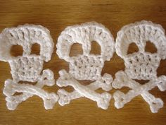 steel & stitch: Crochet pirate skull and cross bones pattern Crochet Vintage, Love Crochet, Crochet Motif, Crochet Yarn, Crochet Flowers, Crochet Stitches, Crochet Garland, Learn Crochet, Crochet Appliques