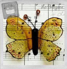 Papillon à accrocher translucide vert, orange, cuivre et noir. Recyclage par la Gorgone. : Décorations murales par la-gorgone