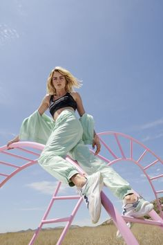 Cara Delevingne poses on pink ladder for Puma's new trainer campaign Latest Trainers, New Trainers, Dove Cameron, Zendaya, Sport Fashion, Fashion Show, Creative Photography, Fashion Photography, Foto Sport