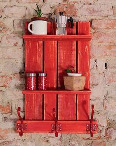 Perchero y estantería vertical hecha con palets y acabado rojo                                                                                                                                                                                 Más