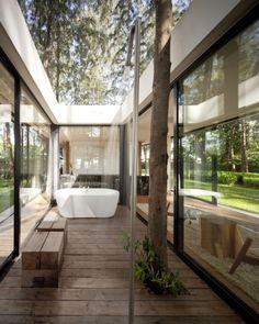 Drinnen oder Draußen? Wo sich Wohnraum so wunderbar mit Natur vermischt, muss man sich wohlfühlen! Villa Noi Phang Nga / Duangrit Bunnag Architects