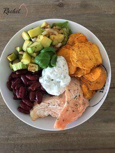 Assiette complète : Saumon, chips de patate douce, courgettes et tzatziki. J'adore les assiettes complètes car équilibrées et saines.