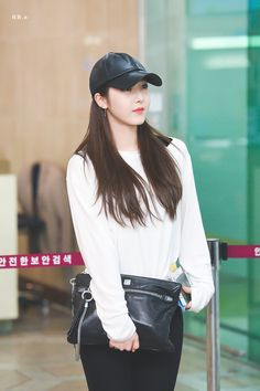 SinB South Korean Girls, Korean Girl Groups, Asian Woman, Asian Girl, Sinb Gfriend, Fan Picture, G Friend, Popular Music, Airport Style