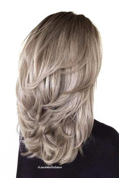 30 Timeless Feathered Hair Ideas To Look Fresh And Modern - Frisuren Mittelemo Haircuts For Medium Hair, Trendy Haircuts, Medium Hair Cuts, Long Hair Cuts, Medium Hair Styles, Short Hair Styles, Hairstyles Haircuts, Curly Haircuts, Modern Haircuts