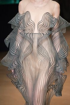 models off the catwalk Iris van Herpen Fall 2017 Couture Fashion Show<br> Haute Couture Style, Couture Mode, Couture Fashion, Runway Fashion, Weird Fashion, Fashion Art, Trendy Fashion, High Fashion, Fashion Show