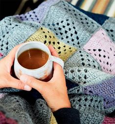 Hækl selv: Tæppe i oldemorfirkanter - ALT.dk Crochet Motifs, Crochet Squares, Diy Crochet, Crochet Patterns, Knitted Throws, Crochet Blankets, Crocheted Afghans, Free Pattern, Arts And Crafts