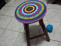 Banquinho redondo com tampo em crochet colorido da SiL