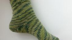 Knit a pair of socks, but they don& fit perfectly? Looking for heel that won& upset a pattern? Elizabeth Bagwell covers 4 ways to knit a sock heel. Knitting Socks, Knitting Stitches, Knitting Patterns, Crochet Patterns, Knit Socks, Knitted Slippers, Slipper Socks, Sock Leggings, Simply Knitting