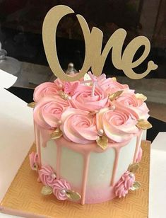 Gorgeous drip cake with roses Pretty Cakes, Beautiful Cakes, Cute Cakes, Bolo Drip Cake, Drip Cakes, 1st Birthday Cakes, Birthday Cake With Roses, Simple Birthday Cakes, Birthday Drip Cake