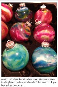 Maak zelf kerstballen. Stukjes wasco in glazen ballen. En dan de föhn er op.