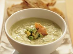 Rezept: Avocado-Dill-Suppe mit geräucherter Forelle