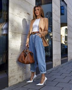 Como atualizar o look com mom jeans - Guita Moda Casual Summer Outfits For Women, Classy Outfits, Trendy Outfits, Mom Jeans Outfit Summer, Everyday Casual Outfits, Celebrity Outfits, Celebrity Style, Mode Outfits, Fashion Outfits