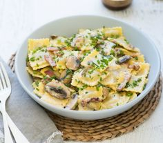 For a hearty dinner, this Creamy Mushroom And Bacon Ravioli is 328 calories per serve and can be prepared in around 20 minutes. Ravioli Sauce Recipe, Sauce Recipes, Pasta Recipes, Cooking Recipes, Noodle Recipes, Cooking Ideas, Cooking Time, Diet Recipes, Healthy Mummy Recipes