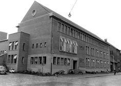 1958: Lange Schijfstraat nu Noordhoekring. Hoofdbureau van Gemeente Politie aan de Lange Schijfstraat, dat in 1955 bebouwt is. Arch. W. Vintges.
